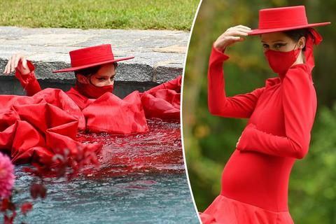 """Người mẫu mang bầu """"phi"""" thẳng xuống... hồ bơi khi đang trình diễn"""