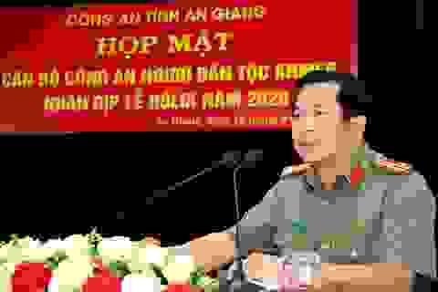Họp mặt tặng quà cho chiến sĩ công an người dân tộc Khmer