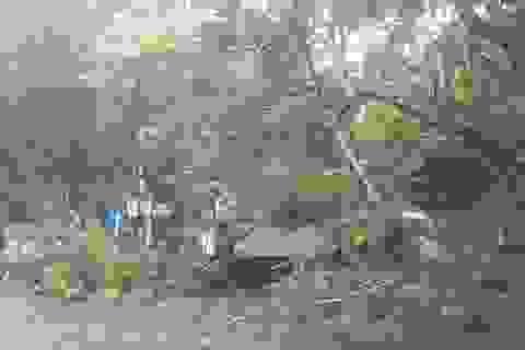 Clip: Người, xe bị gió bão thổi bay ở Huế