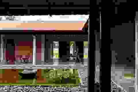 Nhà gỗ truyền thống như biệt phủ xưa của gia đình 3 thế hệ ở Nam Bộ