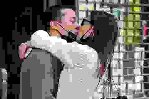 Katie Holmes hạnh phúc hôn bồ trẻ trên phố