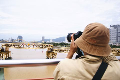 Cận cảnh hiếm thấy: Nâng nhịp cầu cho tàu, thuyền về Đà Nẵng trú bão