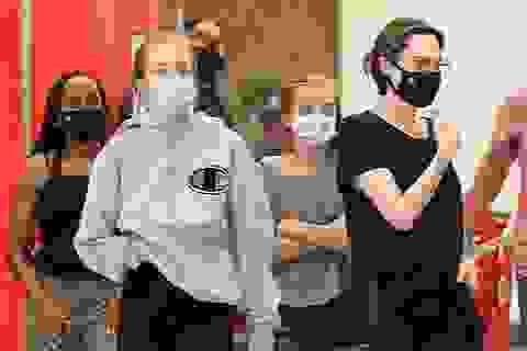 Cuối tuần, Angelina Jolie giản dị đưa con đi siêu thị