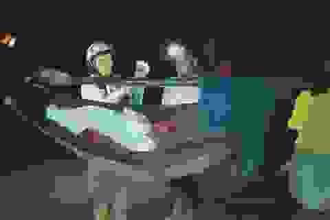 16 thanh niên xuyên đêm khiêng nữ bệnh nhân vượt 40km đi cấp cứu