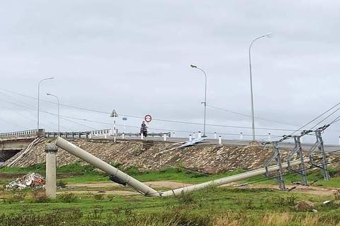 Vì sao hàng trăm cột điện tại Thừa Thiên Huế gãy đổ trong bão số 5?