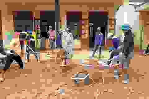 Quân và dân dồn sức dựng cầu tạm qua suối Abaanh để học sinh đến lớp