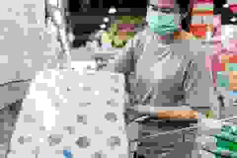 Trước khi phát minh ra giấy vệ sinh thì con người dùng gì?