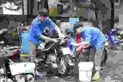 Thanh niên miền núi rửa xe gây quỹ mua quà Trung thu cho trẻ em nghèo