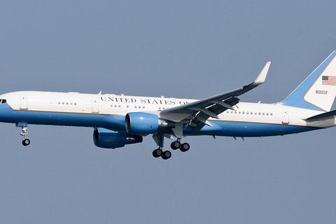 Chuyên cơ chở Phó tổng thống Mỹ hạ cánh khẩn cấp, nghi đâm phải chim