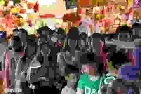 Đông nghịt người dân đổ về chợ trung thu phố cổ Hà Nội