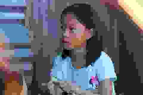 Rớt nước mắt cảnh cô học trò mồ côi lầm lũi trên con đường đến trường