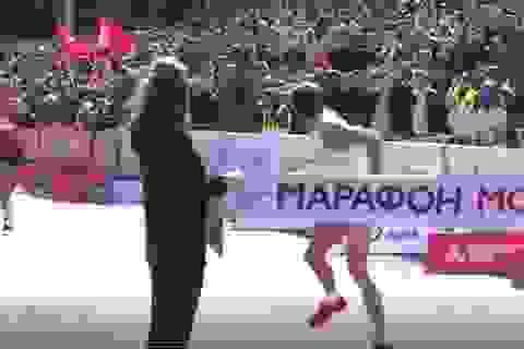Nhà vô địch marathon đứng lại vạch đích để sỉ nhục đối thủ