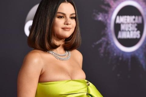 "Selena Gomez tự tin khoe vết sẹo ""khủng"" sau ca ghép thận"