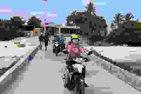 """Quảng Ngãi: Những """"bóng hồng"""" chạy xe ôm trên đảo tiền tiêu"""