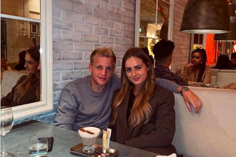 Van de Beek lộ ảnh hẹn hò tình tứ với bạn gái xinh đẹp