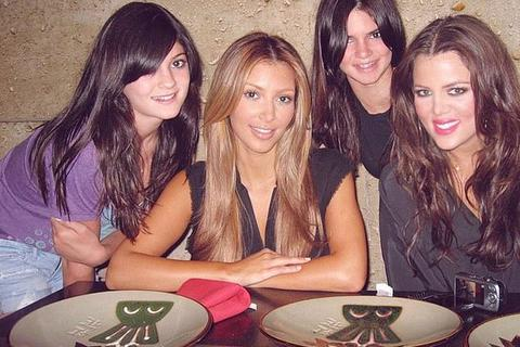 Kylie Jenner không hài lòng khi Kim Kardashian đăng ảnh cũ