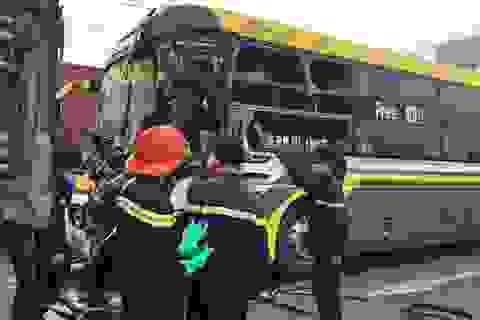 Hơn 2 giờ đồng hồ đưa thi thể tài xế ra khỏi đầu xe khách biến dạng