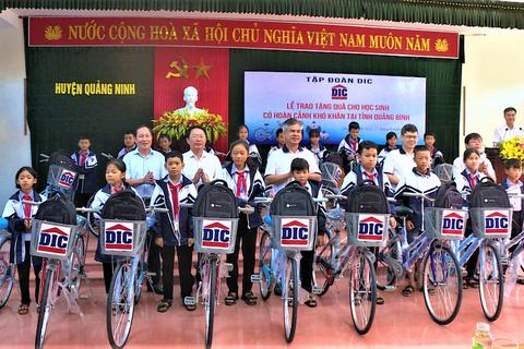 """Quảng Bình: Tặng 100 chiếc xe đạp """"nâng bước học sinh nghèo"""" đến trường"""