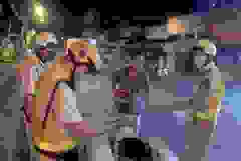 Đi xe máy không đội mũ bảo hiểm còn dùng dao đâm trọng thương CSGT
