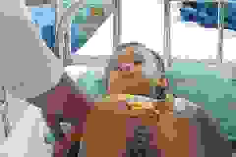 Bé trai 3 tuổi vỡ lách vì lỗi thường gặp của bố mẹ chở con bằng xe máy