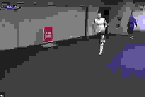 HLV Mourinho sốt ruột khi cầu thủ Tottenham đi vệ sinh quá lâu