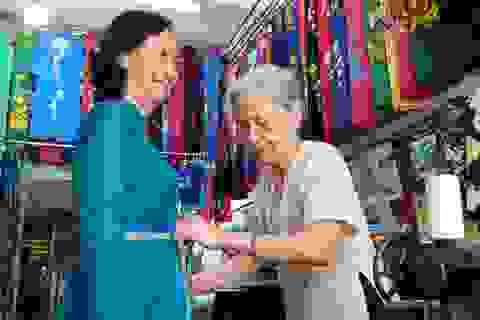 Cụ bà 80 tuổi miệt mài với những chiếc áo dài truyền thống Hà Thành