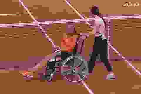 Rời sân trên xe lăn, tay vợt người Hà Lan bị tố... làm trò
