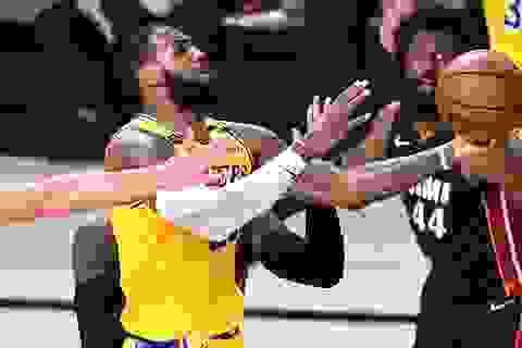 LeBron James rực sáng, LA Lakers thắng ở lượt đầu chung kết NBA