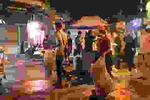 Tan hội Trung thu, khách tham quan phố Hàng Mã rủ nhau… gom rác