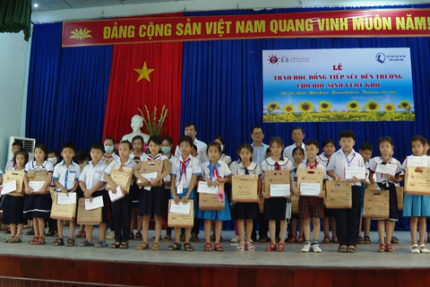 Quảng Ngãi: Trao 400 suất học bổng đến trẻ em nghèo vượt khó