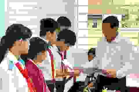 Trao tặng gần 100 thẻ BHYT cho học sinh khó khăn