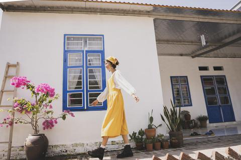 """Rời phố về quê, cô gái 25 tuổi tự xách vữa, sơn tường, làm nhà """"2 trong 1"""""""
