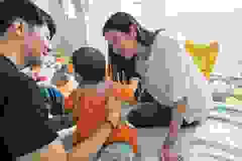 Bụng bầu vượt mặt, Á hậu Thuý Vân xót xa thăm con của các mẹ đơn thân