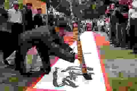 12 thư pháp gia dùng bút khổng lồ viết bức thư pháp dài 12 mét