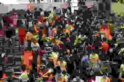 Hàng hiệu giảm giá sốc, người Sài Gòn xếp hàng dài cả trăm mét tranh nhau mua