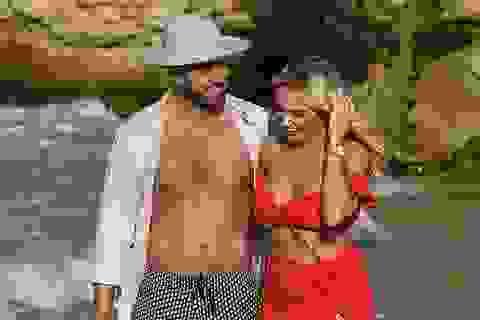 Amber Turner diện bikini bốc lửa tình tứ bên bạn trai