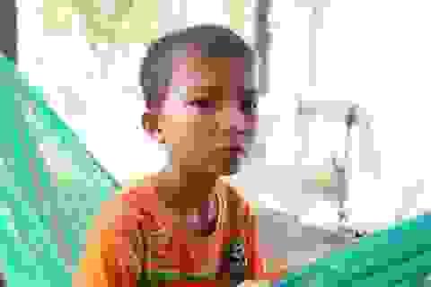"""Cậu bé 9 tuổi """"vô thừa nhận"""" ở với ngoại phải nghỉ học vì nhà nghèo xơ xác"""