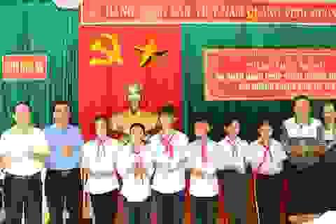 Trao học bổng tiếp sức đến trường cho học sinh 2 huyện miền núi