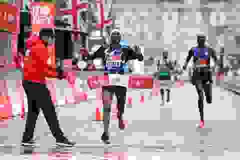 """""""Vua marathon"""" Eluid Kipchoge chấm dứt sự thống trị ở giải chạy tại Anh"""
