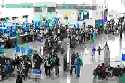 """Khách đi máy bay tăng vọt, kiến nghị sớm """"mở cửa"""" sân bay Nội Bài"""