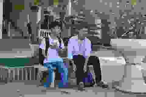 Nam sinh 10 năm cõng bạn đến trường được miễn học phí nếu học y Thái Bình