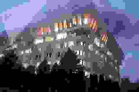 """Người biểu tình Kyrgyzstan chiếm trụ sở chính quyền, đốt phá """"Nhà Trắng"""""""