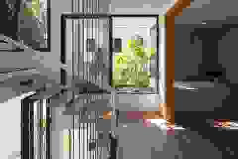 Ngắm nhìn ngôi nhà có nhiều cửa sổ, ngập tràn ánh nắng ở xứ Huế mộng mơ