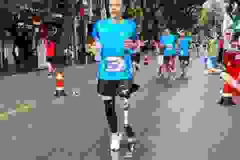 Nỗ lực phi thường của chàng trai khuyết tật tham gia đường đua 10km