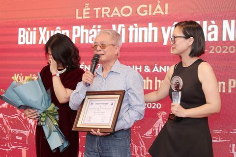 """Vợ nhạc sĩ Phú Quang bật khóc khi thay chồng nhận """"Giải thưởng Lớn"""""""