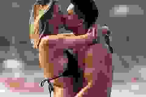 Vợ chồng người mẫu Rhian Sugden tình tứ trên biển