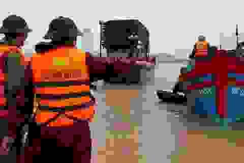 Kịp thời cứu hộ tàu cá đứt neo trôi ra biển trong mưa lũ