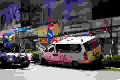 Xe cấp cứu đang chở bệnh nhân tông xe máy rồi lao lên dải phân cách