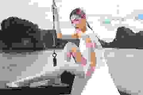 Á hậu Tú Anh quyến rũ như gái 20 với váy xẻ cao ngút ngàn