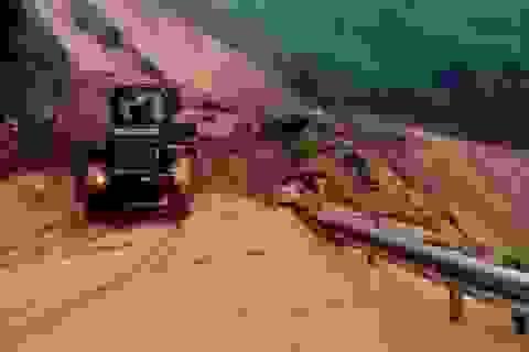 Sạt lở nghiêm trọng, bùn đất lấp kín quốc lộ